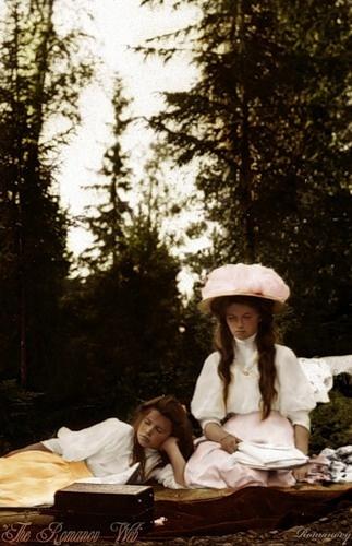 Due delle sorelle ri-posano con gli occhi chiusi