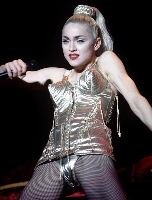 Madonna nel suo tour vestita da Jean paul Gaultier - 1990