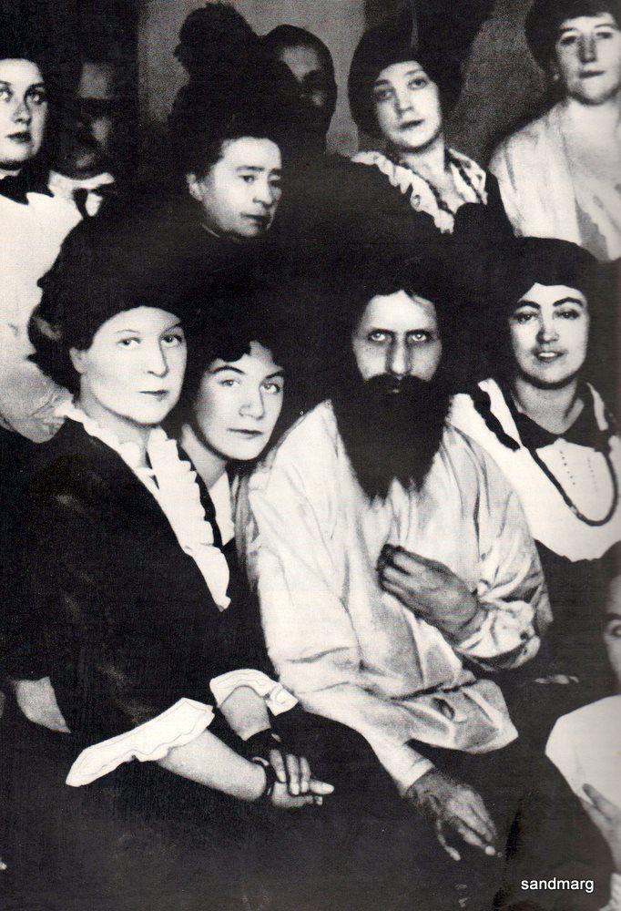 Rasputin attorniato dalle sue aristocratiche seguaci poco tempo prima di essere assassinato