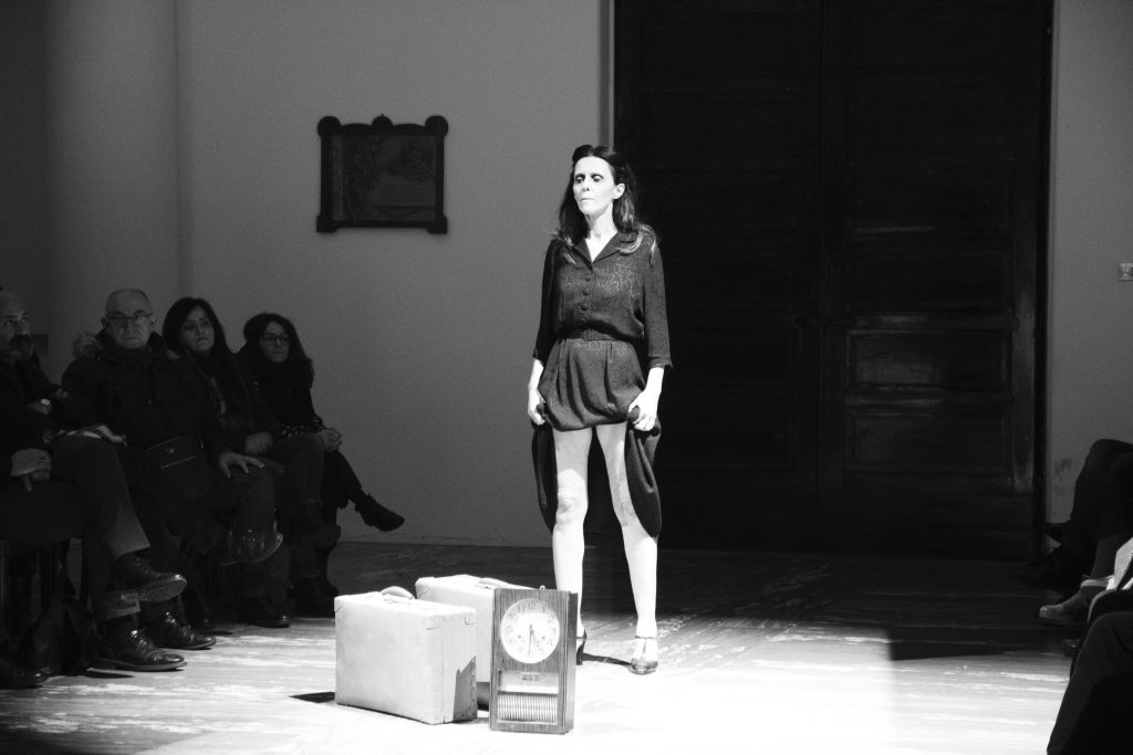 40s woman concentration camp moda sotto le bombe teatro dress